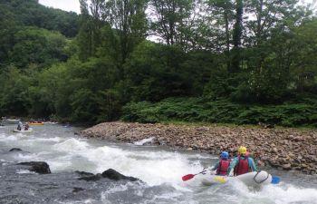 Canoë gonflable sur la Nive à Bidarray au Pays Basque