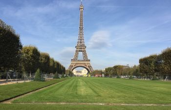 Séance photo personnalisée à la pyramide du Louvre, Paris 1er