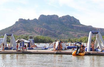 Bouée tractée et activités nautiques sur lac