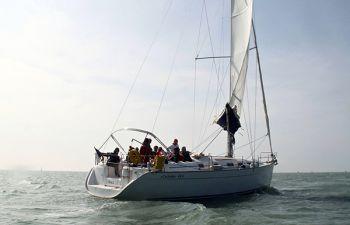 Journée en mer à bord d'un voilier privatisé à la Rochelle
