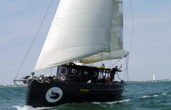 Promenade en mer dans l'après-midi sur un voilier monocoque