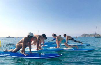 Découverte du yoga paddle dans la baie de Pampelonne