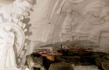 Repas insolite dans un igloo à La Plagne