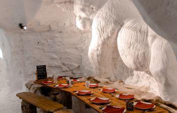 Dégustation de spécialités savoyardes dans un igloo